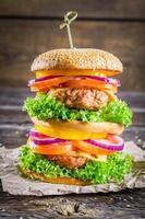 desfrute do seu saboroso hambúrguer de dois andares foto