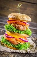 grande hambúrguer caseiro fresco e saboroso foto