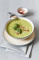 sopa de ervilha com rabanete vermelho foto