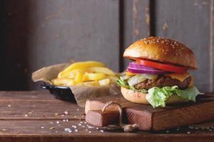 hambúrguer e batatas foto