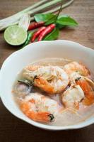 sopa de especiarias tailandesas tom yum goong foto