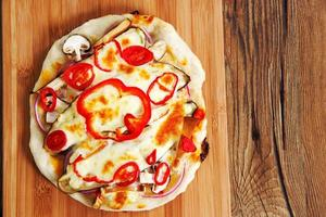 pizza caseira margarita vegeterian na mesa foto