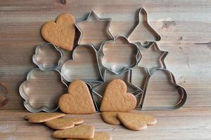 cortadores de biscoito de natal e biscoitos de gengibre foto