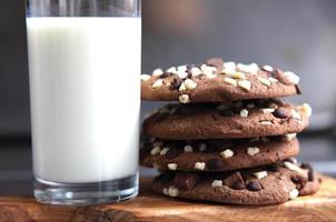 leite e bolachas foto