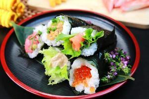 sushi de temaki enrolado à mão foto