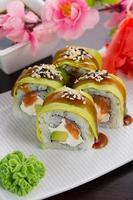 grande sushi maki. rolo dragão verde foto