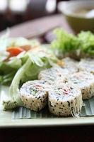 sushi de salmão maki foto