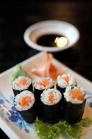 sushi de salmão maki