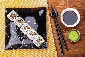 rolo com salmão, molho e wasabi foto