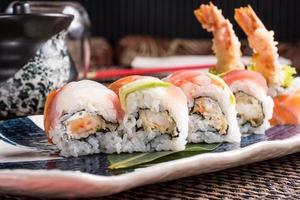 rolos de sushi delicioso em um prato em um restaurante japonês foto