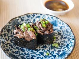 sushi de carne foto