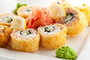 rolo frito de salmão foto