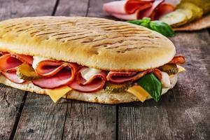 panini com presunto e queijo foto