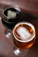 dois copos de cerveja em um caso foto