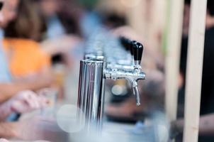 distribuidor de cerveja ao ar livre foto