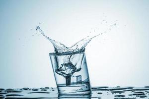 água em vidro com respingos de água foto