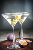 dois coquetéis de azeitona martini foto