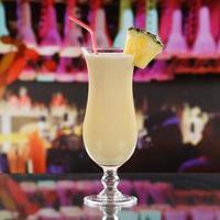coquetel de piña colada em um bar foto