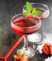 cocktails vermelhos com menta e morangos