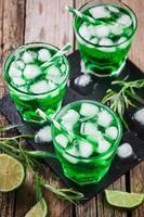 bebida de estragão verde com cubos de gelo foto