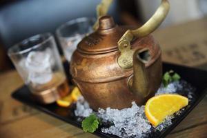 coquetel de vodka em bule de chá