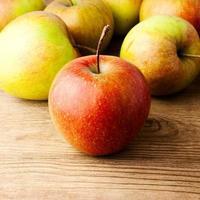 maçãs vermelhas na mesa de madeira foto