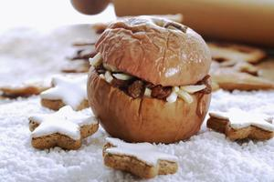 maçã assada com estrelas de canela e biscoitos spekulatius foto