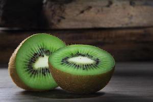 kiwi cortado ao meio foto