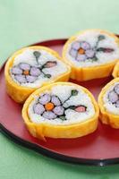 rolo de sushi decorativo em forma de flor