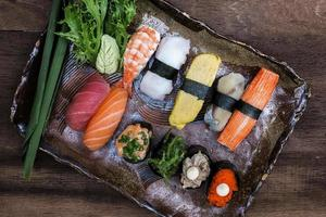 sushi em fundo de madeira