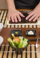 chef de mulher pronto para preparar rolos de sushi japonês
