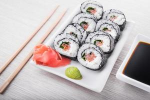closeup de rolos de sushi
