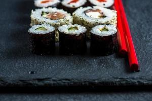 sushi japonês com pauzinhos