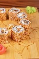 rolos de sushi de gergelim