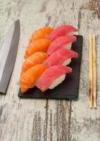 nigiri de sushi de salmão e atum foto