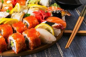 conjunto de sushi: sushi e sushi rola na placa de madeira. foto