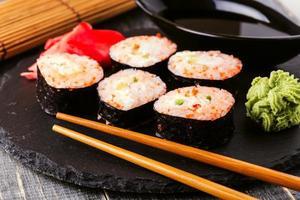rolo de sushi com caranguejo, molho picante, pepino e caviar tobiko. foto