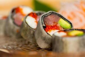 close-up tiro de rolos de sushi japonês orgânico tradicional