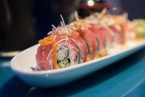 linha de sushi de fusão foto