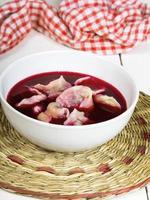borsch vermelho com bolinhos de massa - prato polonês tradicional foto