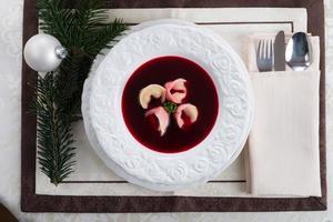 sopa de beterraba com bolinhos foto