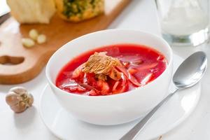 sopa de beterraba ucraniana com alho e creme de leite