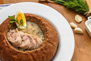 zurek polonês tradicional com linguiça, ovo no pão foto