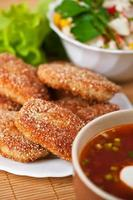 borsch vermelho (sopa), rissóis de carne, salada com palitos de caranguejo, alface foto
