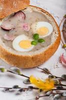 borsch de Páscoa branco na tigela de pão foto