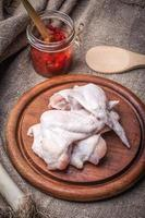 asas de frango fresco. foto