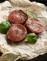 medalhões de filé de carne foto