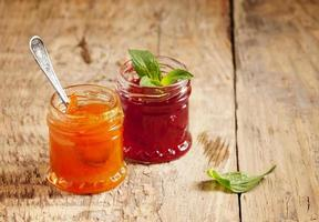 dois tipos de geléia caseira de morango e damasco, selectiv foto