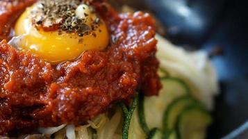 bibimbap, comida coreana de pratos quentes da mistura foto