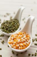 grão de milho amarelo e feijão mungo foto